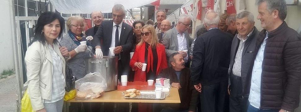 Çanakkale şehitlerinin anısına vatandaşa üzüm hoşafı ve kuru ekmek ikram edildi