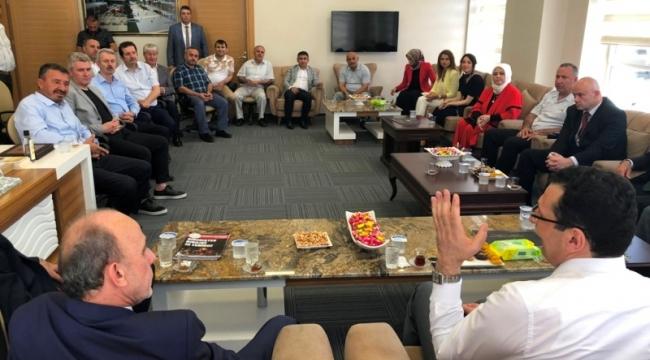 Erenler ilçesinde kurum ve kuruluşların yöneticileri, kurum amirleri Erenler Belediyesi tarafından belediye hizmet binasında düzenlenen bayramlaşma töreninde vatandaşlarla bir araya gelerek bayramlaştı.