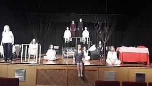 Kara Tahta Tiyatrosu Oyuncuları Sahnede Devleştiler