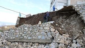 Akyazı İlçesi'ne bağlı Güzlek Mahallesi akşam istinat duvarının çökme sesiyle uyandı