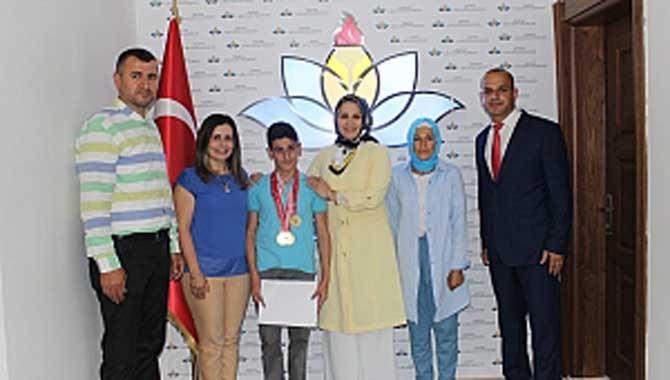 7 Madalyalı Öğrenciye Durmuş'tan Kutlama
