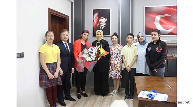 Nuri Bayar Ortaokulu Öğrencilerinden İl Milli Eğitim Müdürü Fazilet Durmuş'a ziyaret