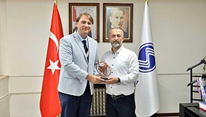 Türkiye Ragbi Federasyonundan Rektör Savaşan' a Plaket