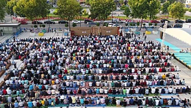 Binlerce Sakaryalı Demokrasi Meydanında bayramlaştı