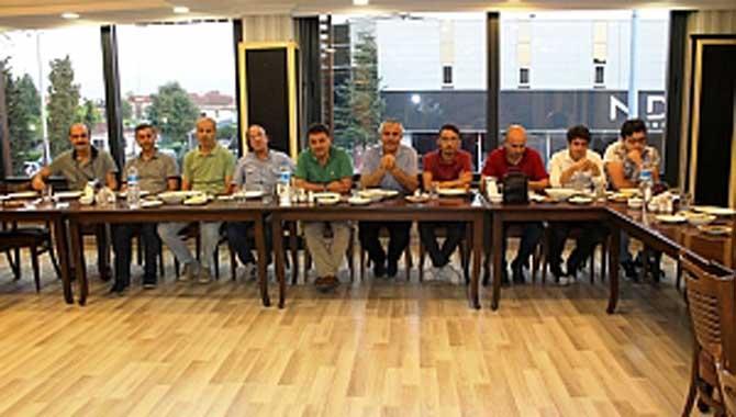 Tecrübeli Olgunlar Şampiyonu Akyazı Çetinkaya Market Yemekte Buluştu.