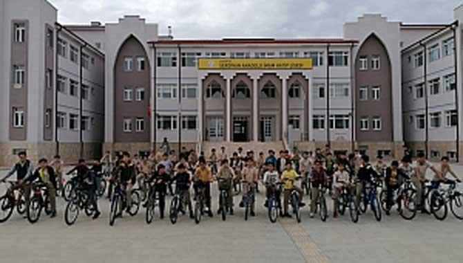 Öğrenciler Okula Bisikletle Gelip Gidiyorlar