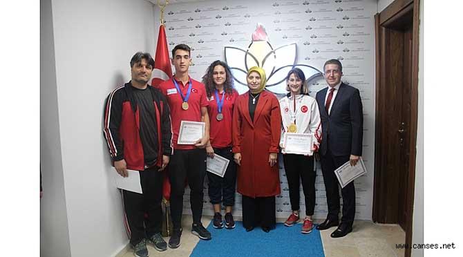Şampiyon Öğrencilere Durmuş'tan Başarı Belgesi
