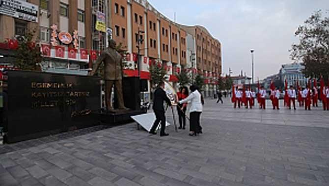 Eğitimciler Başöğretmen Atatürk'ün Anıtına Çelenk Sundu