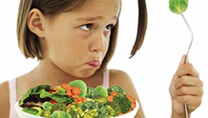 Anne babalar dikkat! Israrla yemek yedirmeye çalışmayın!