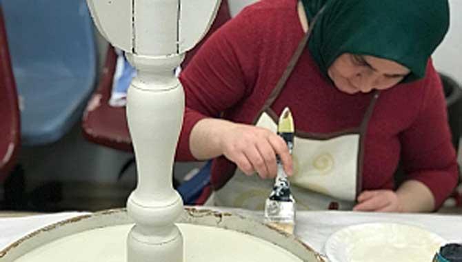 Engelsiz hobi kurslarında eski eşyalar yenileniyor