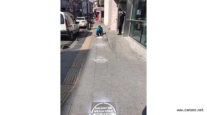 """Sapanca'nın yollarında """"sağlığınız için mesafenizi koruyun"""" yazısı"""