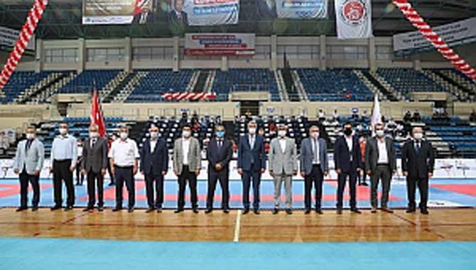 İlimizde düzenlenen Türkiye Kulüplerarası Takım Karate Şampiyonasında 50 ilden , 488 kulüpten 1850 sporcu başarı arıyor.