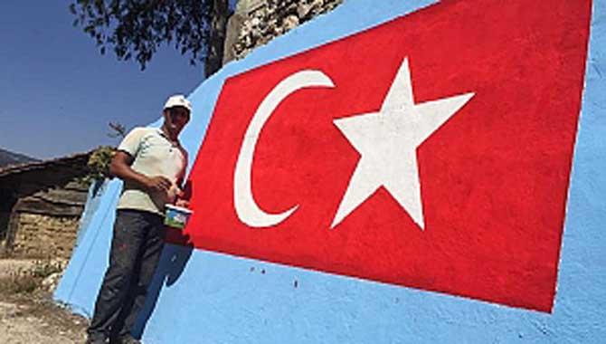 Evinin duvarına Türk bayrağı resmetti