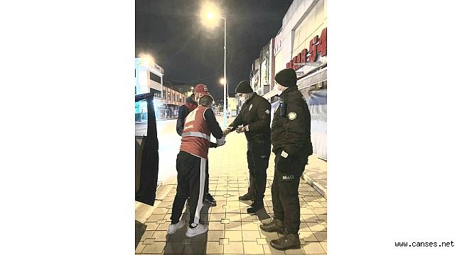 Görevi başındaki polislere çay ve çorba ikramı