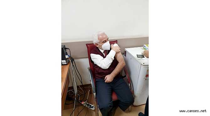 Sağlık çalışanları CoronaVac aşısı oldu