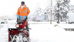 Kaldırımlar Kardan Temizleniyor