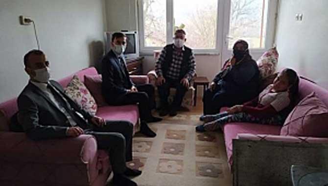 Küçük Şehit aileleri ve Gazi ve yakınlarını evlerinde ziyaret etti.