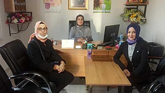 Sevgi Demir, çalışan kadınlara karafil dağıtımı yaptı