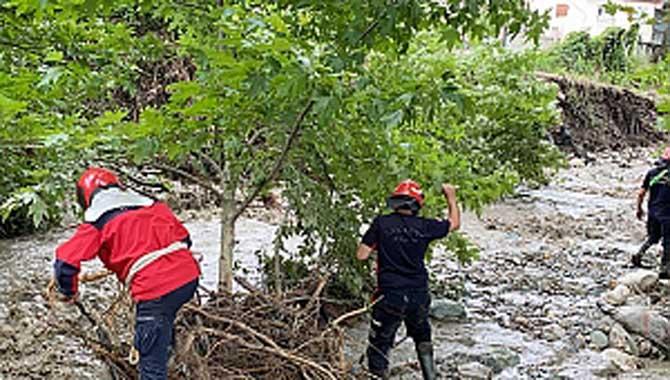 Selin yaralarını saran ekipler, diğer tarafta kayıp vatandaşı arıyor